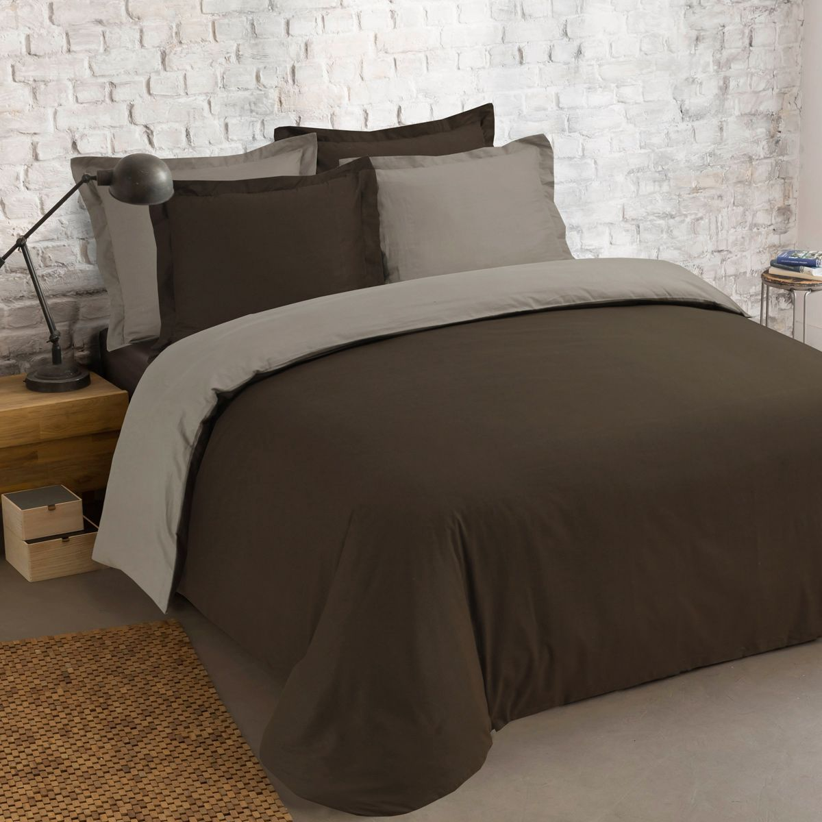 housse de couette et deux taies 240 cm bi color chocolat et taupe housse de couette eminza. Black Bedroom Furniture Sets. Home Design Ideas