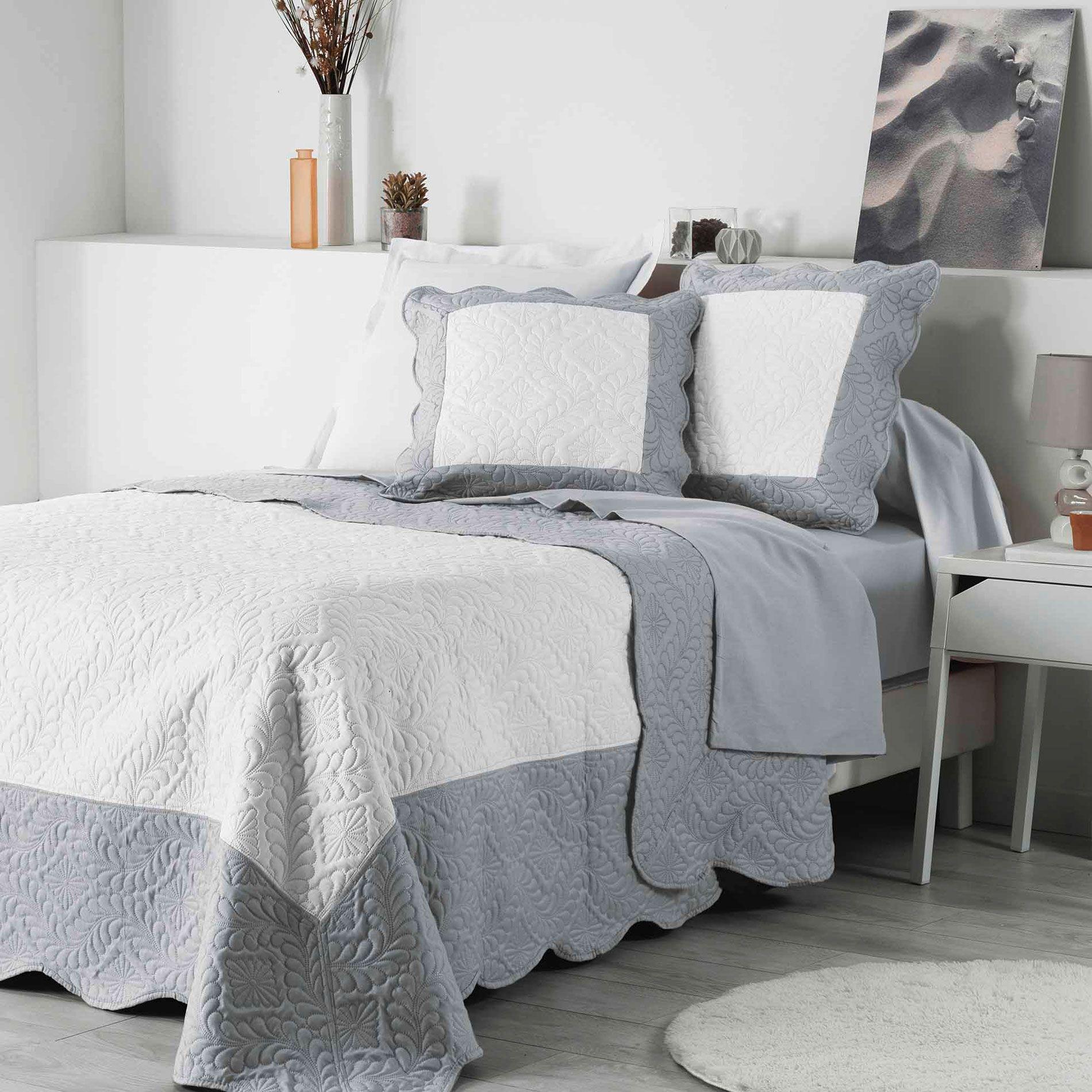 housse de coussin boutis 60 cm andrea blanc gris. Black Bedroom Furniture Sets. Home Design Ideas