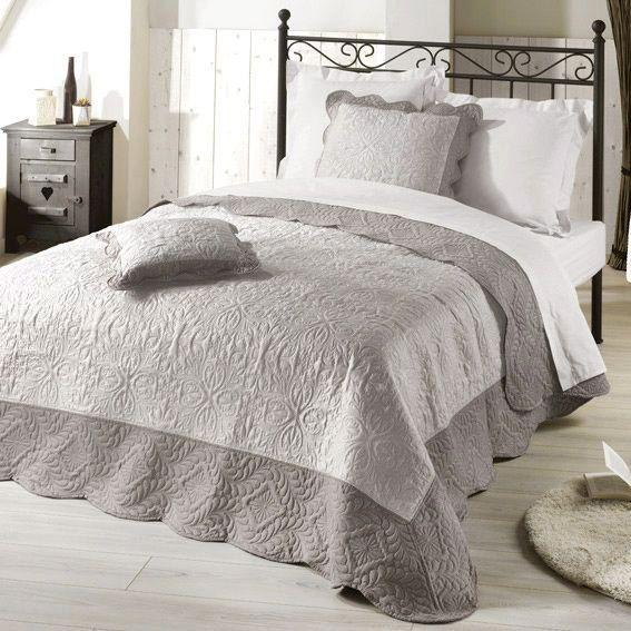 couvre lit 220 x 240 cm matelass edana taupe linge de lit eminza. Black Bedroom Furniture Sets. Home Design Ideas