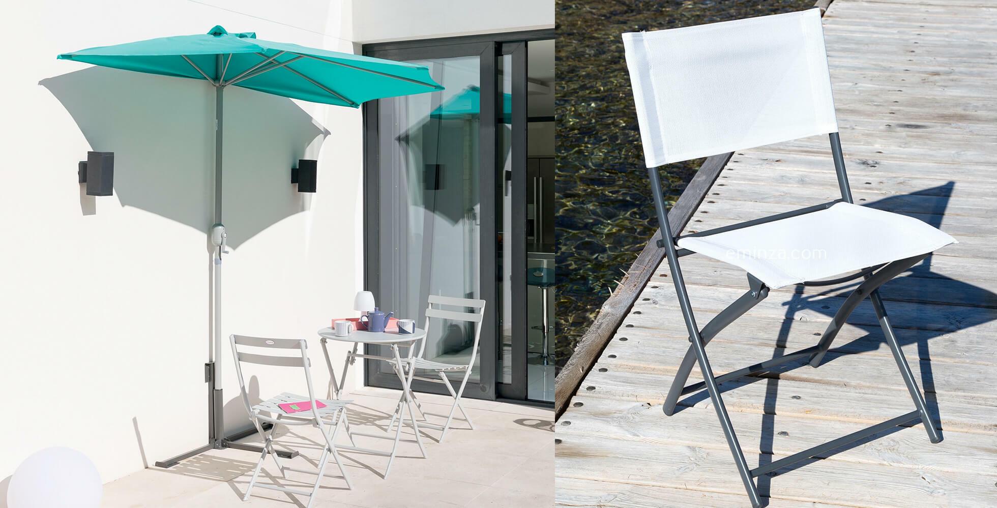 balcon avec parasol demi lune mural et table et chaises d'extérieur