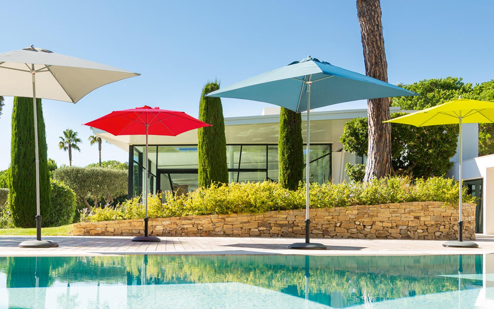 piscine entourée de parasols colorés