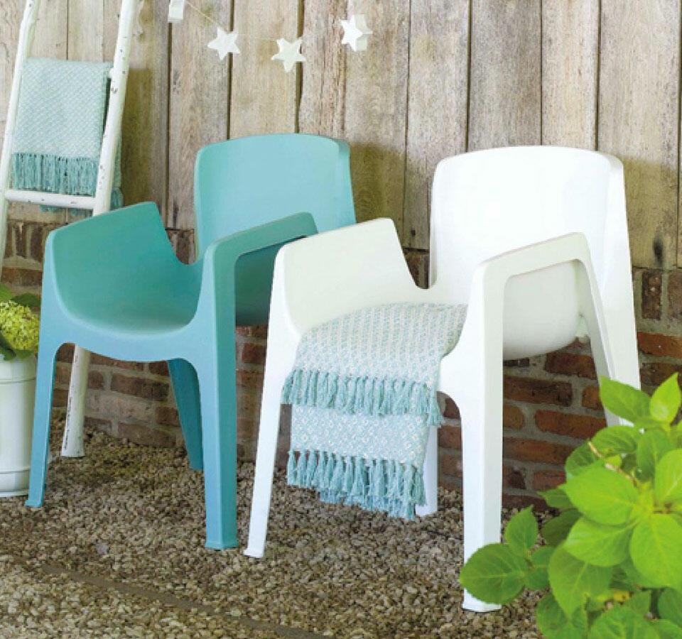 chaise en plastique blanche et bleu